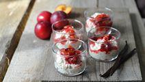 Dessertgrød af perlebyg, hytteost og bagte blommer