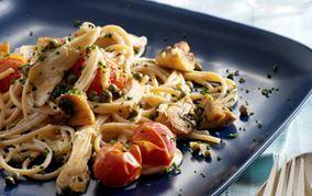 Spaghetti med ostetomatsauce og ristede svampe