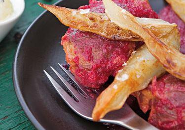Kæbeklumper med bagte rødbeder, peberrod, ost og syrlige løg i yoghurt
