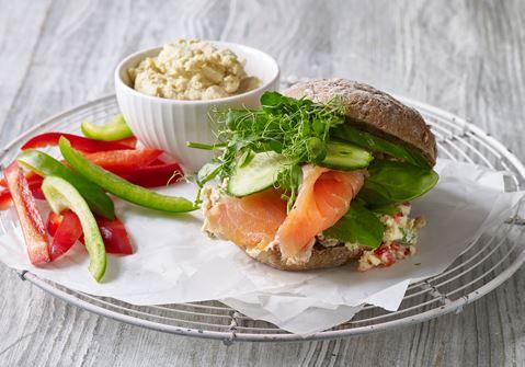 Sandwich med røget laks og kikærtecreme