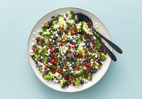 Broccolisalat med hytteost og mandler