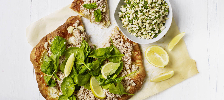 Hvid pizza med pastinak og tun