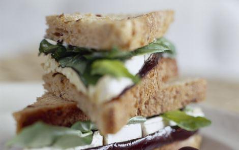Minisandwiches med hvidskimmelost, aubergine og basilikum