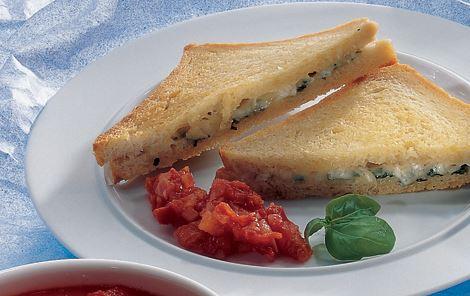Varme ostebrød med tomatsauce