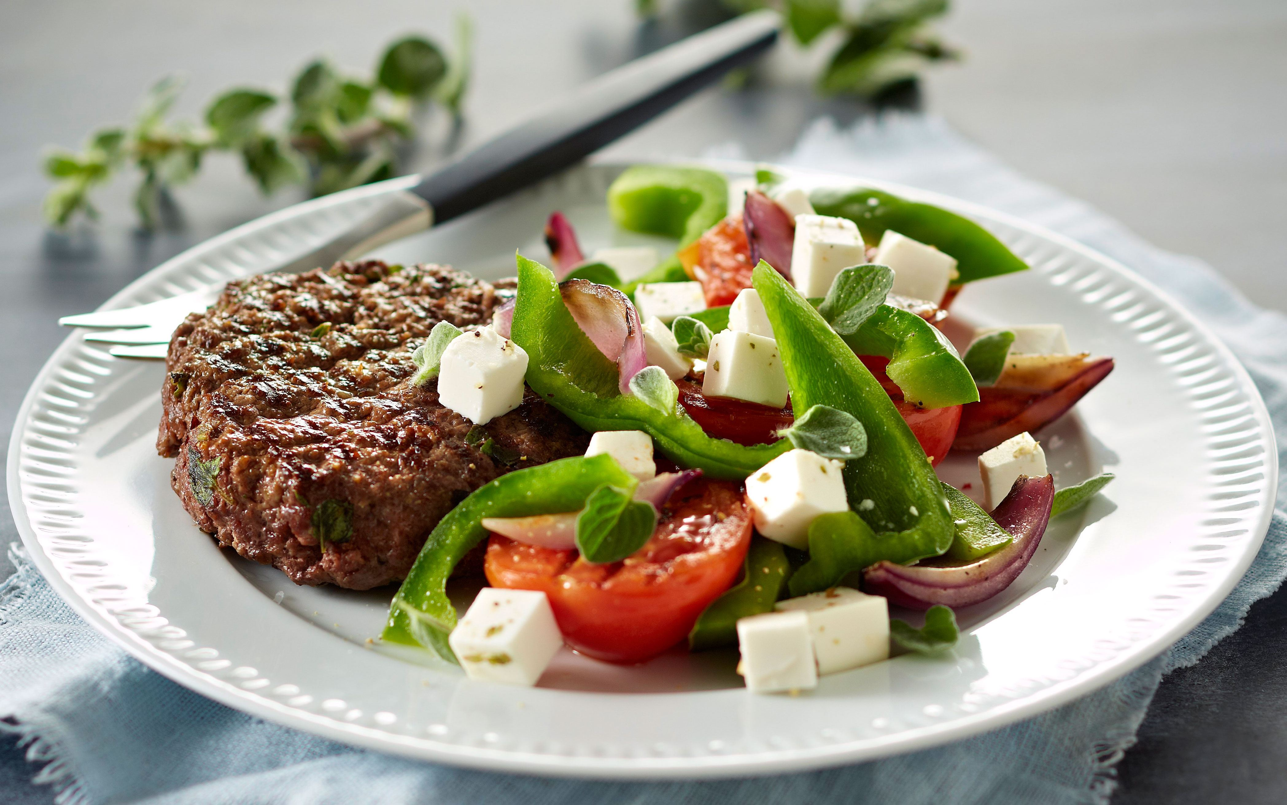 Hakkebøffer og grillet græsk salat