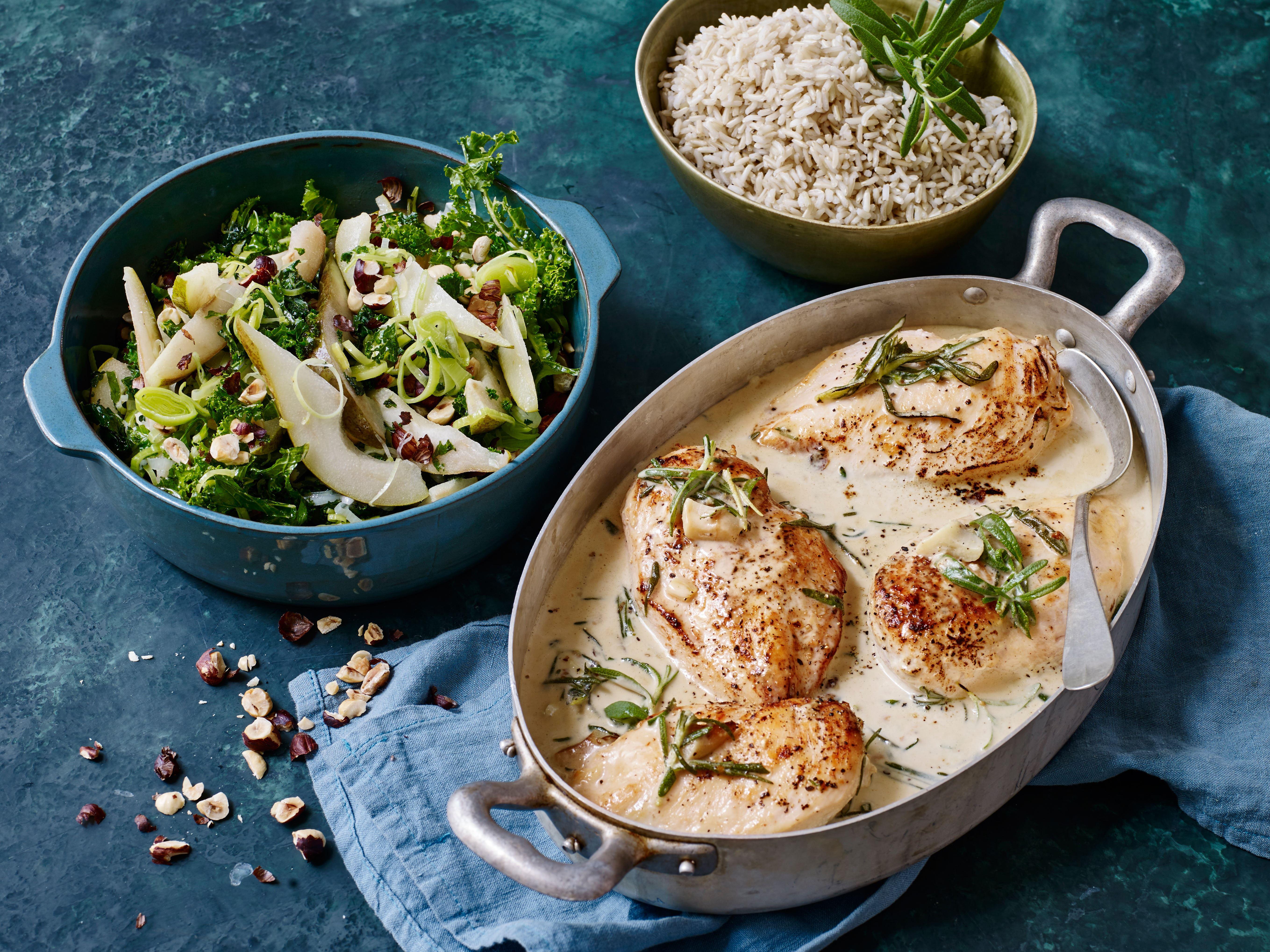 Kylling i flødesauce og lun grønkålsalat
