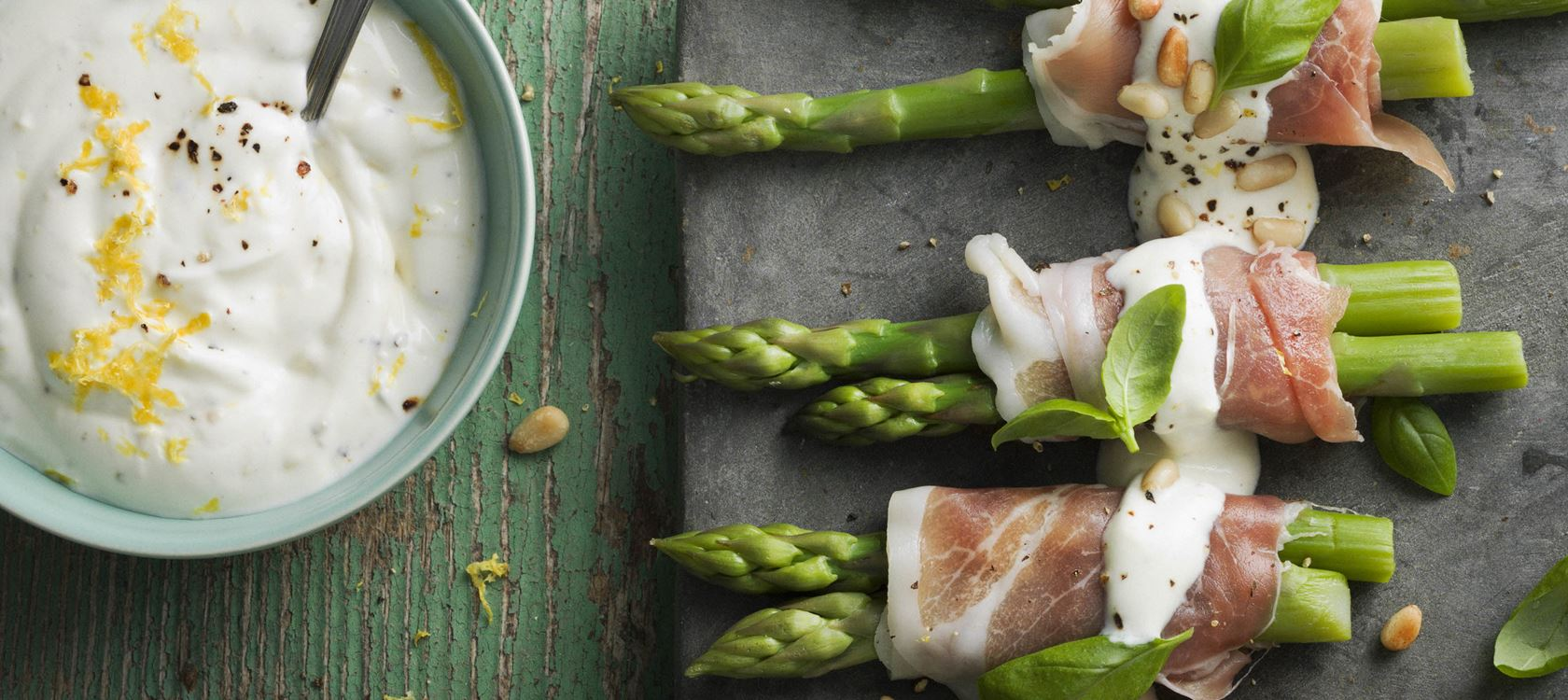 Grønne asparges med parmaskinke, citrondressing og pinjekerner - Opskrifter - Arla