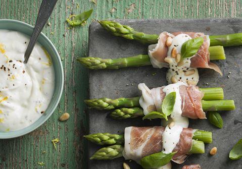 Grønne asparges med parmaskinke, citrondressing og pinjekerner