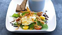 Salat med æg frits og sprøde skorzonerrødder