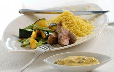Lam med couscous og karrydressing