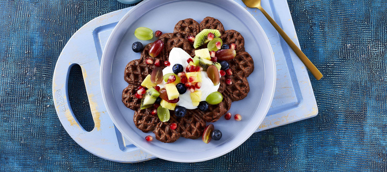 Vafler med vaniljeyoghurt og frugtsalat