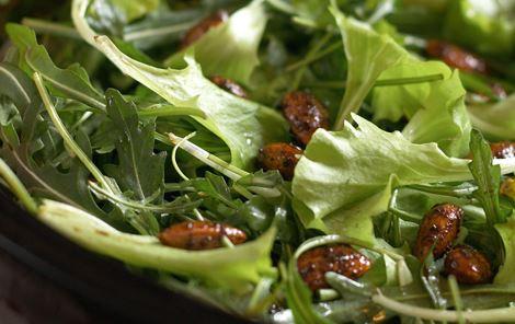 Grønne salater med 'drop-dead almonds'