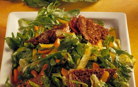 Rugbrødssandwich i salat