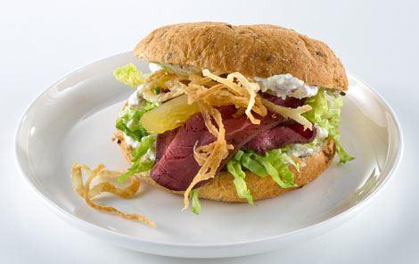 Sandwich med kartoffel, løg og roastbeef