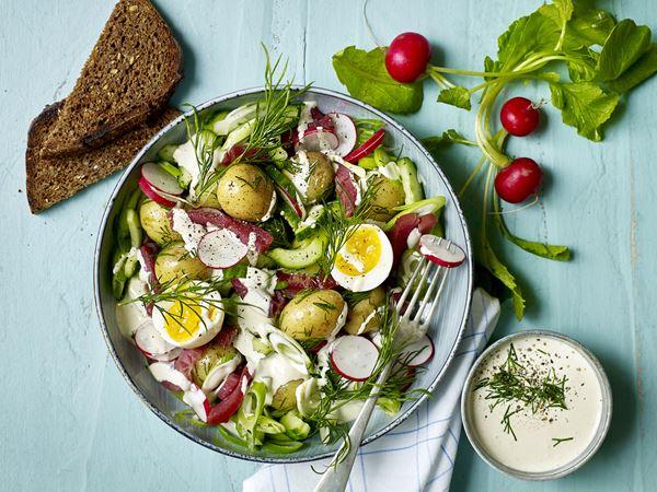 Salat med kartofler, dild og smilende æg