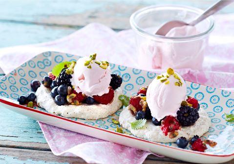 Små nøddemarengs med softice og friske bær