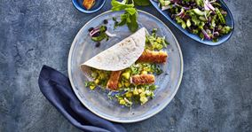 Wrap med spidskål og paneret salatost