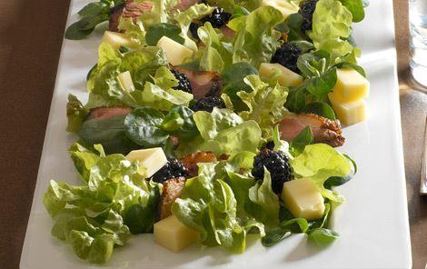 Salat med brombær og ost
