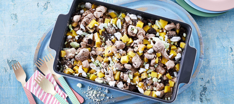 Isdessert med kakaomælk, mango og marengs