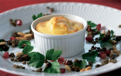 Små ostesouffléer og krydrede linser