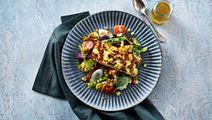 Salat med karry-rug og stegt ost