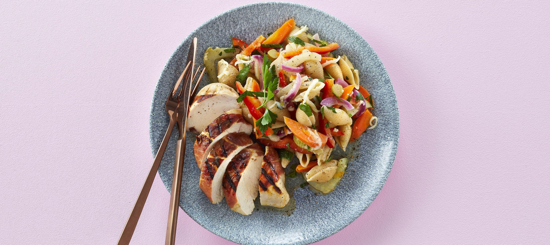 Lun pastasalat og grillet kylling