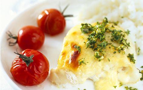 Bagt torsk med cherrytomater og ost