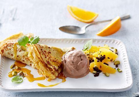 Pandekager med appelsinsirup, frugt og chokoladeis