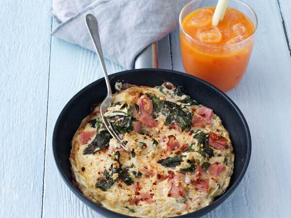 Omelet med hytteost og gulerodssaft