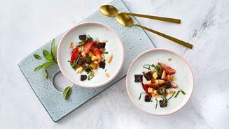 Skyrkoldskål med jordbær, ristet rugbrød og mynte