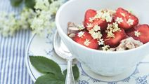 Mandelgrød med hyldeblomst og bær