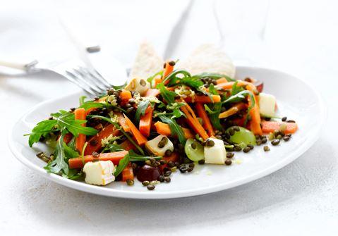 Gylden salat med linser og druer