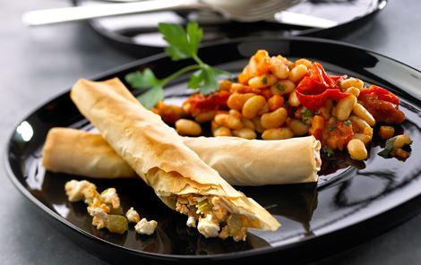 Tyrkiske börek med bønner i tomatsauce