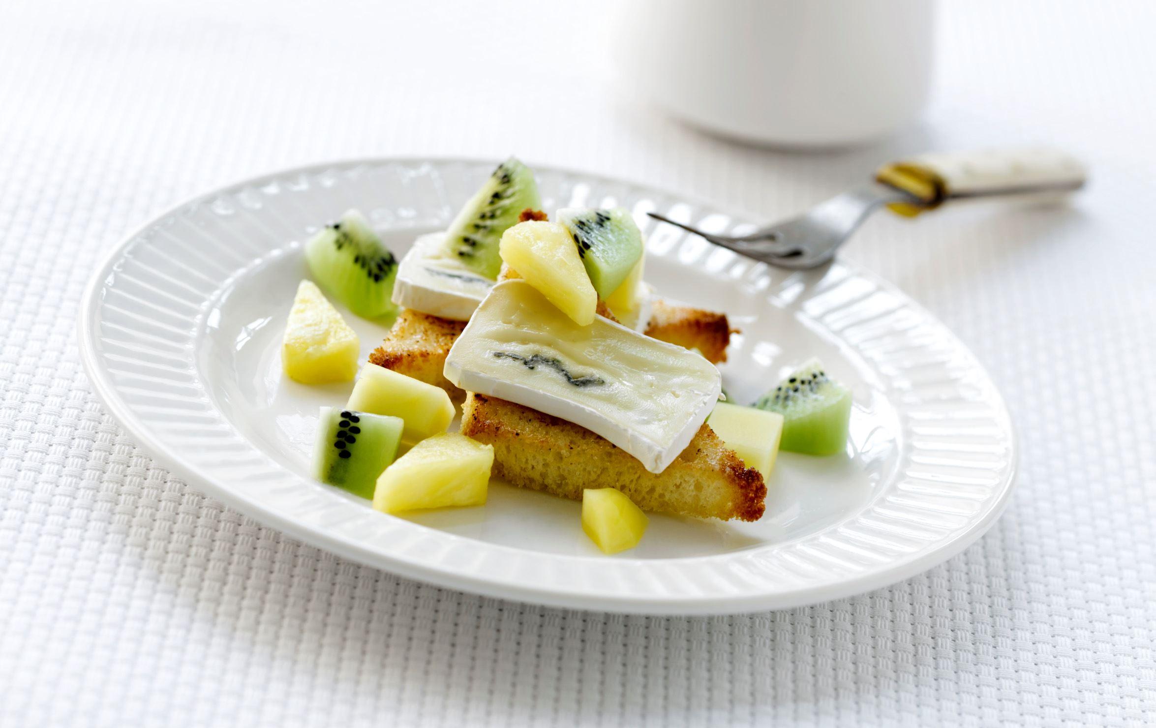 Karamelliseret brød med ost og frugt