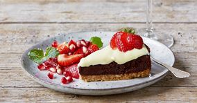 Chokoladekage med hvid ganache og marinerede jordbær
