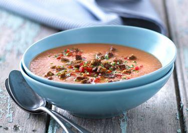 Hot rød suppe med rugbrødscroutoner