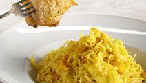 Aprikoosi-currykanaa ja nuudeleita