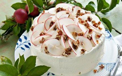 Omena-saksanpähkinä-kinuskikakku