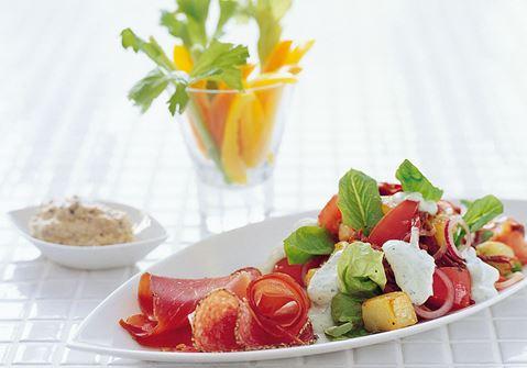 Lämmin perunasalaatti ja pestojogurttia