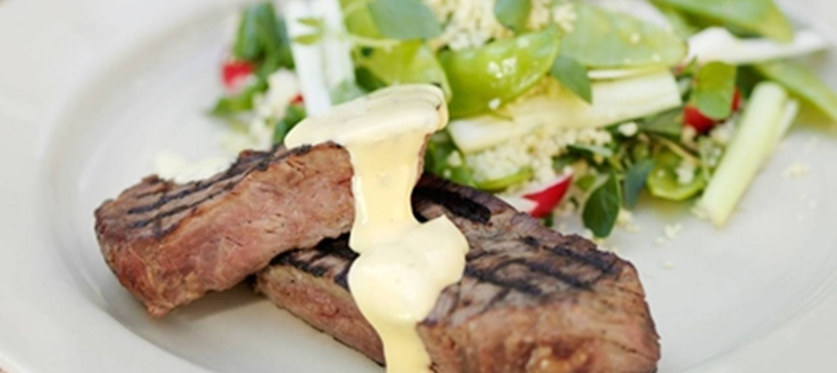 Grillipihvi ja ruokaisaa salaattia