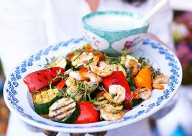 Grillattuja vihanneksia ja katkarapuja