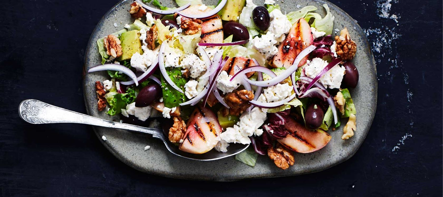 Grillatut persikat salaatilla