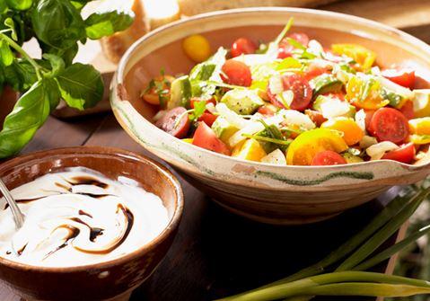 Tomaattisalaattia ja balsamicokastiketta