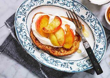 Köyhät ritarit ja karamellisoitua omenaa