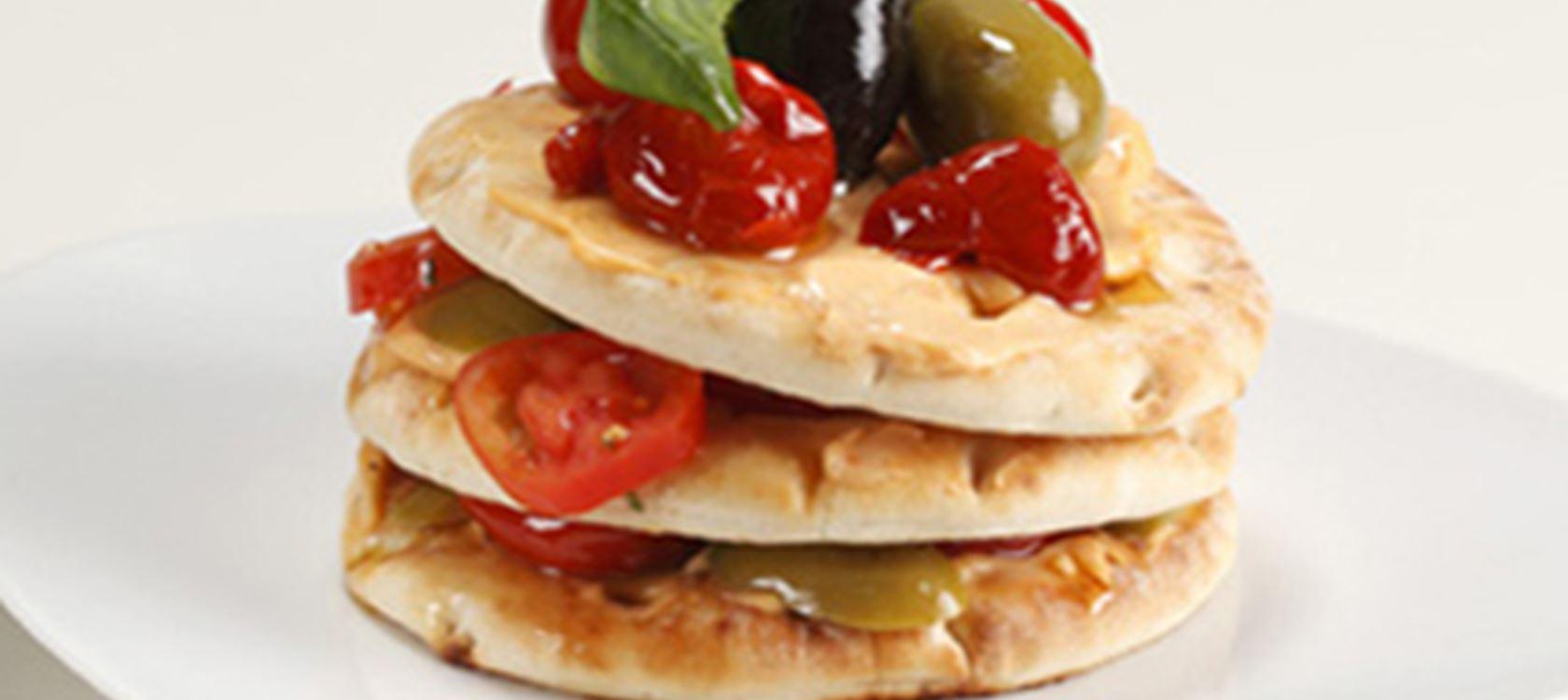 Aurinkotomaatti-oliivitäytteiset voileivät