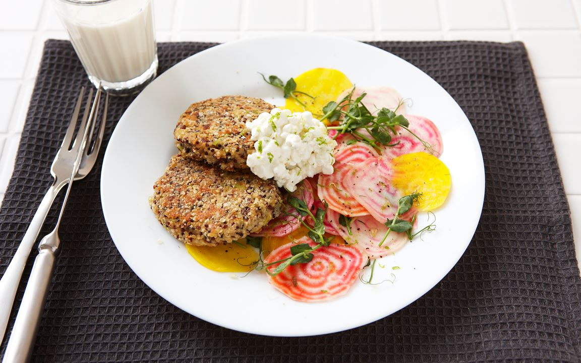 Kvinoapihvit ja sitruunaruohotahna