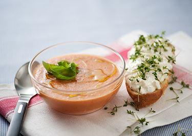 Tomaattikeitto juusto-yrttitahnan kera