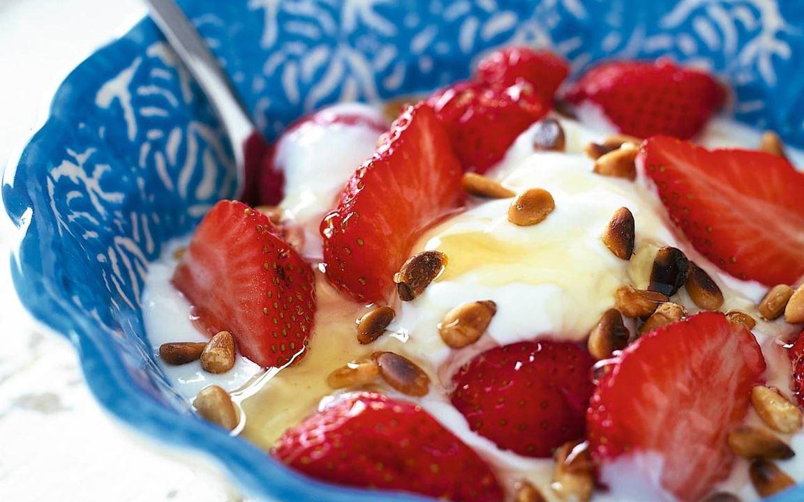 Jogurttia, mansikoita ja hunajaa