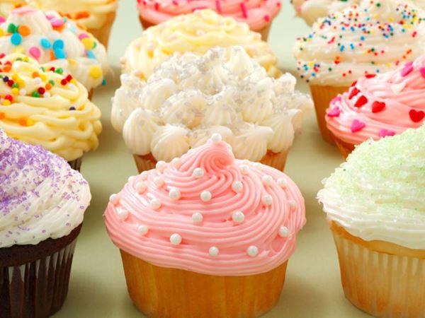Värikäs cupcake-kuorrutus