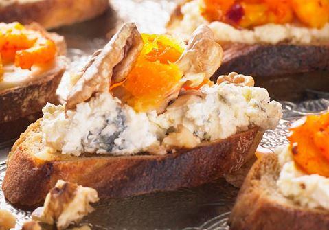 Homejuusto-saksanpähkinäcrostinit